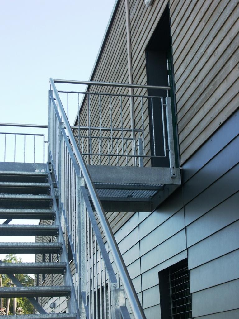 Fluchttreppe aus Metall und Geländer