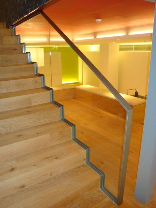 Treppengeländer Flachstahl Klarglasfüllung Handlauf Zürich