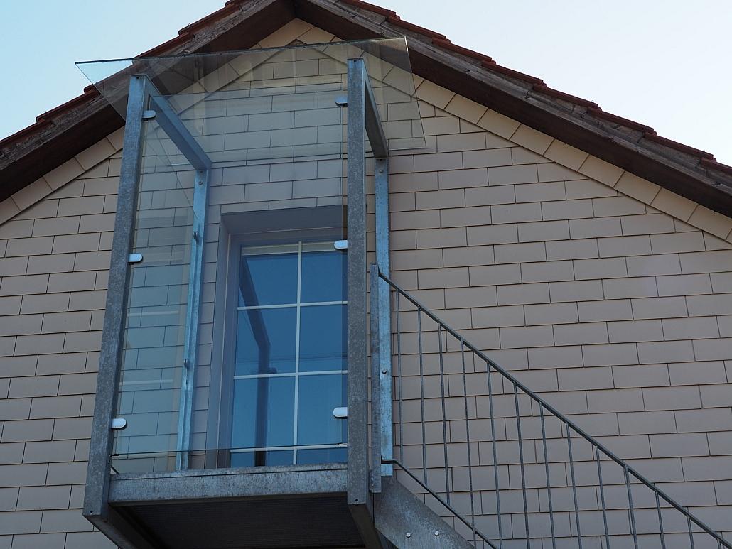 Treppenpodest mit Glasüberdachung