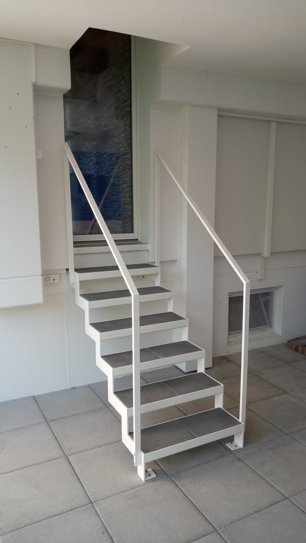 Treppe mit gelaserten Wangen und gekanteten Stufen aus Stahlblech