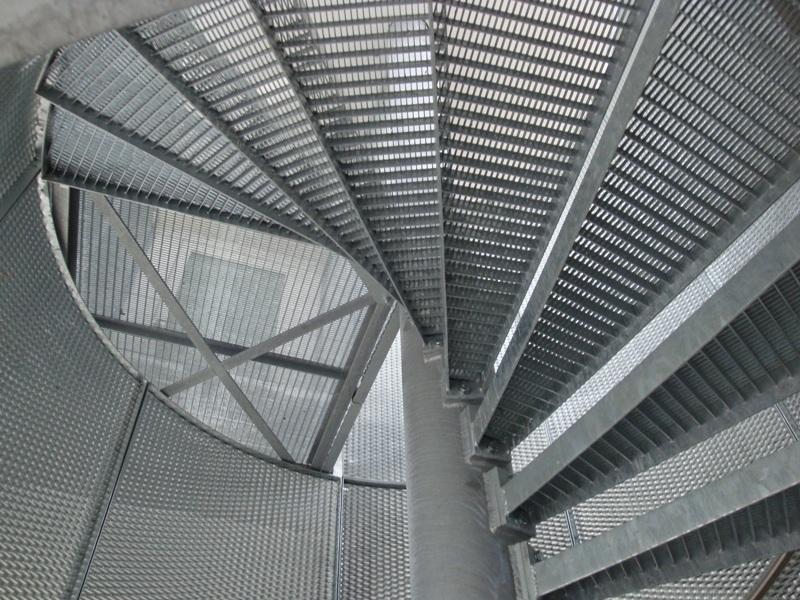 Metalltreppen Spindeltreppe mit Tritten aus Pressgitterrosten Fahrwangen