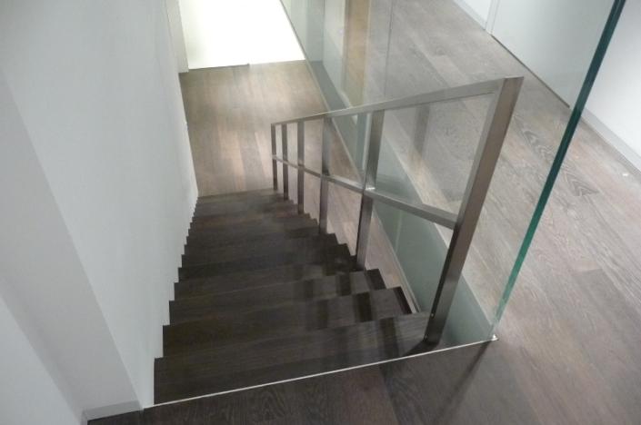 Treppe mit Geländer Holztritte